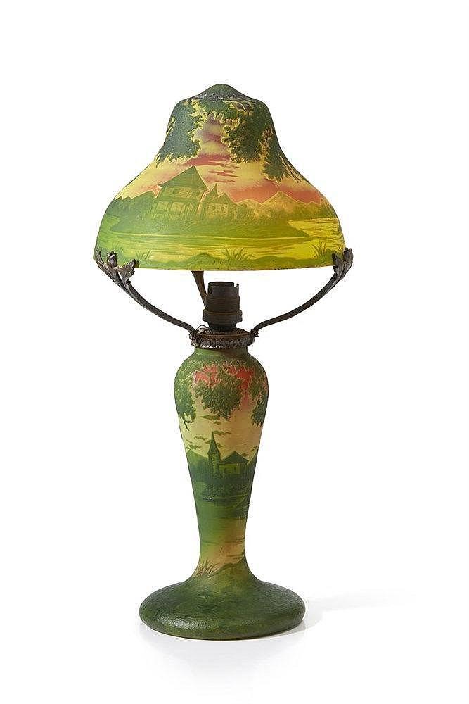 RICHARD Lampe en verre dégagé à l'acide sur fond vert et jaune. Monture en
