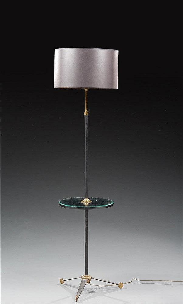 Lampadaire de parquet tripode en métal laqué noir et doré. Travail des a
