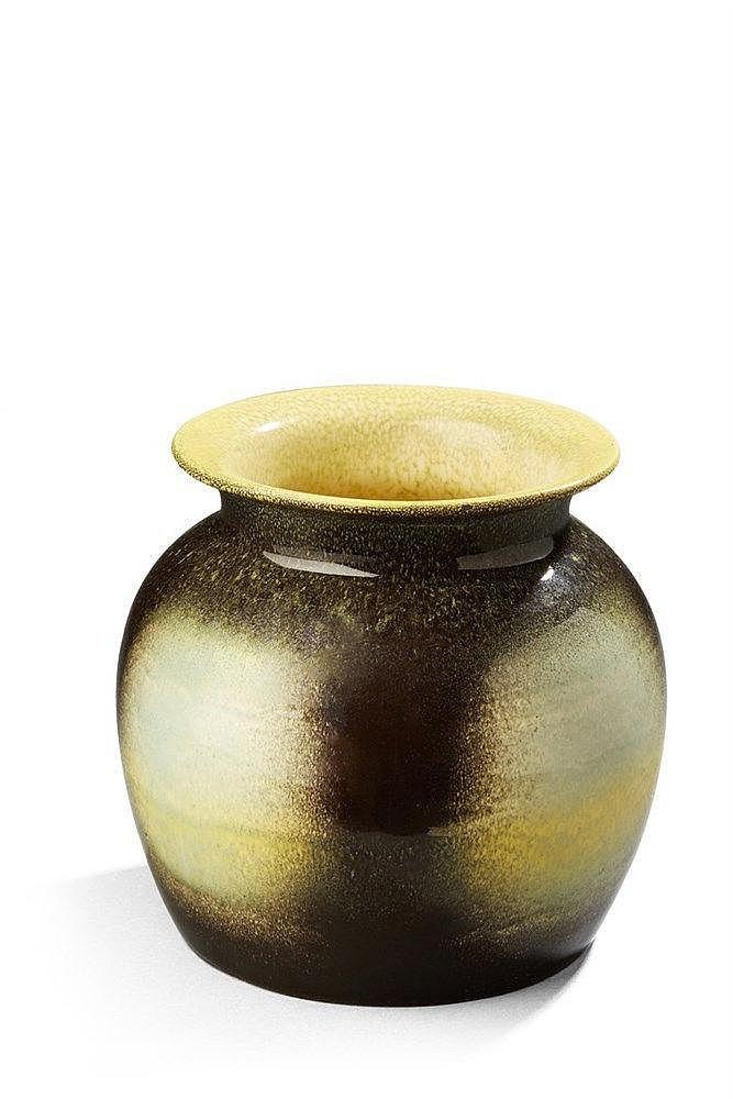 Jean Besnard ?(1889-1958 ) Vase boule à col ourlé noir, jaune et gris à dé