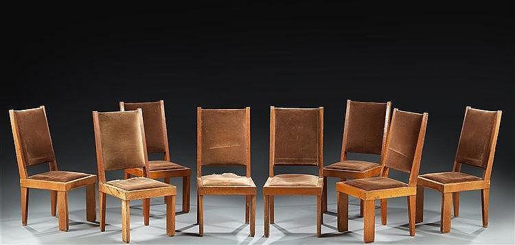 Suite de huit imposantes chaises modernistes  en chêne massif à larges et