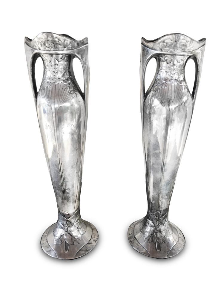 GALLIA Paire de vases en métal argenté à motif feuillagé et floral. Sign