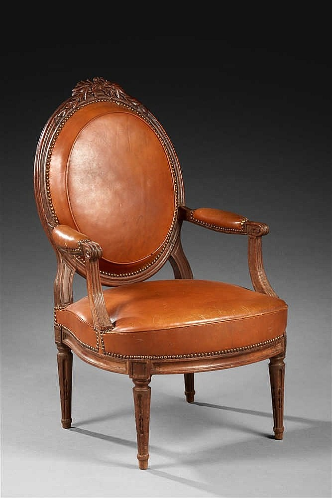 large fauteuil dossier plat en m daillon en noyer moulur. Black Bedroom Furniture Sets. Home Design Ideas