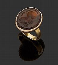 Bague   en or jaune 18K (750) ornée   d'une intaille du XIXe siècle,   en