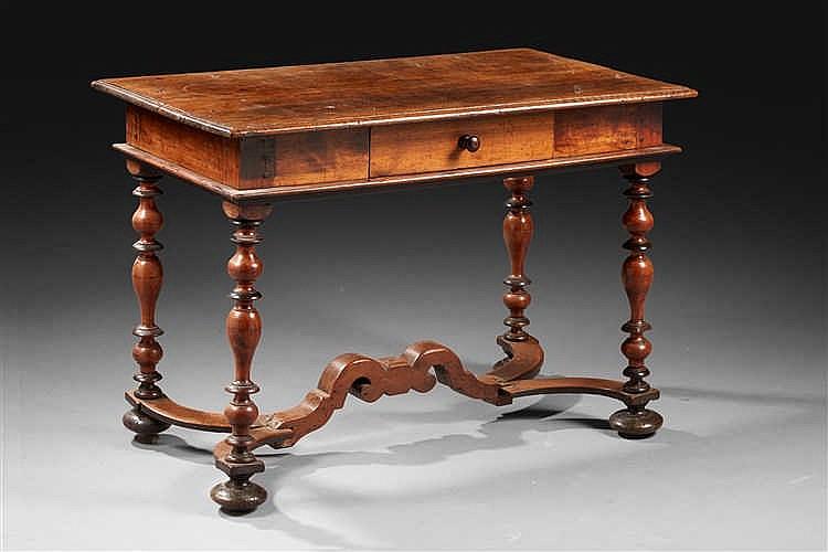 table d applique en noyer moulur ou tourn de forme recta. Black Bedroom Furniture Sets. Home Design Ideas