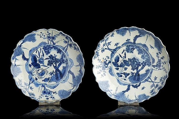CHINE  Paire de coupes en porcelaine à bordures contournées, décorées en bl