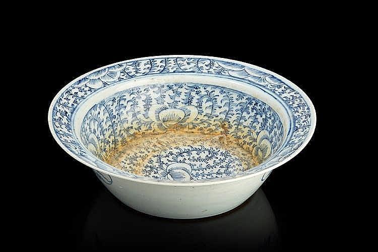CHINE   Plat creux circulaire en porcelaine à décor  floral bleu et blanc.
