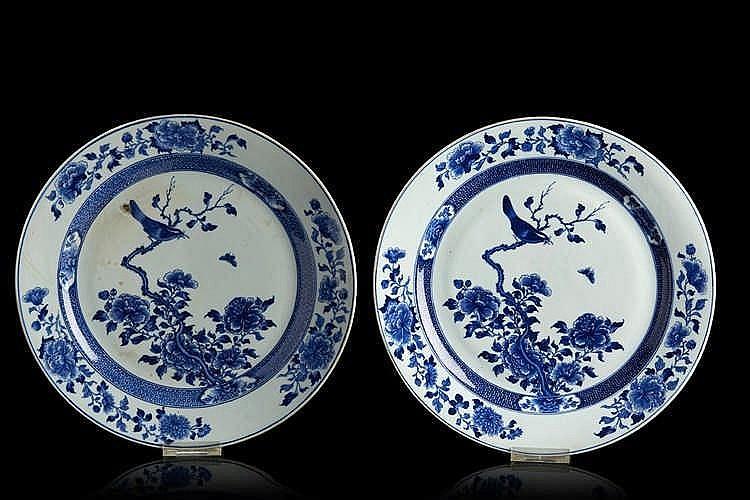 CHINE Paire de plats circulaires en porcelaine, décorés en bleu sous couve