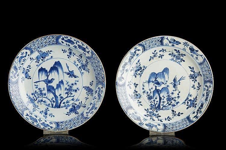 CHINE Paire d'assiettes circulaires en porcelaine décorées en bleu sous co