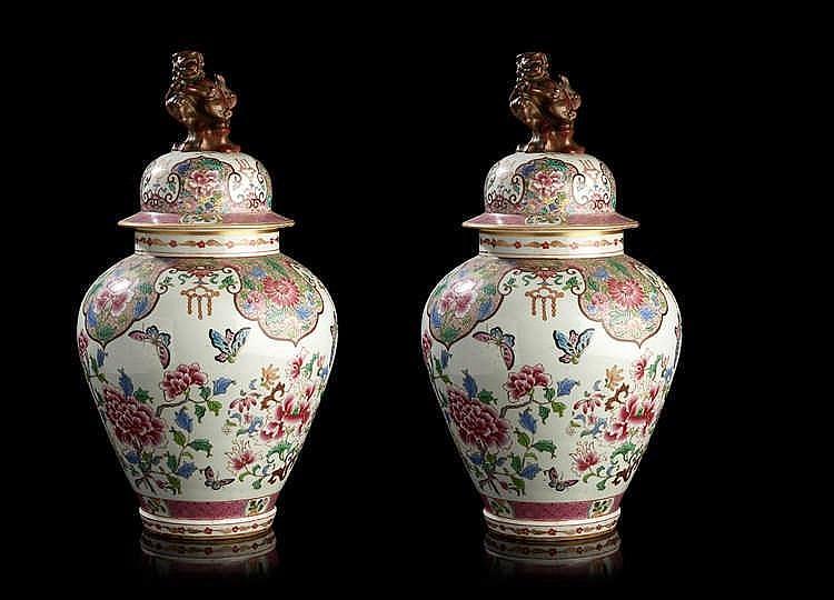 SAMSON à Paris Paire de potiches couvertes en porcelaine, décorées dans l