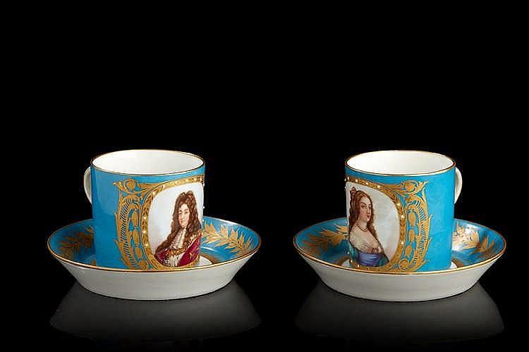 Deux tasses litrons en porcelaine à décor de profils royaux. Dans le goû