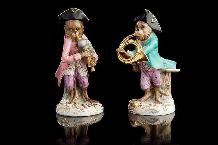 Deux sujets  en porcelaine polychrome figurant des singes jouant de la musi