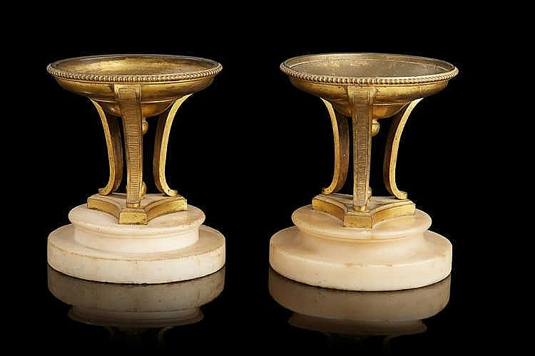Paire de coupes  en bronze ciselé et doré ; les cols soulignés de frises pe