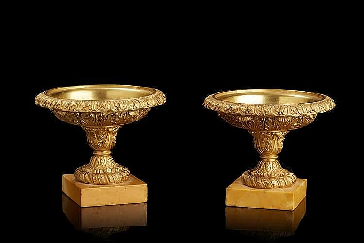 Paire de coupes en bronze ciselé et doré à décor de frises de feuillages a