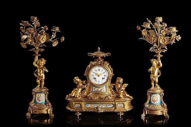 Garniture de cheminée   en bronze ciselé et doré et porcelaine de Paris à b