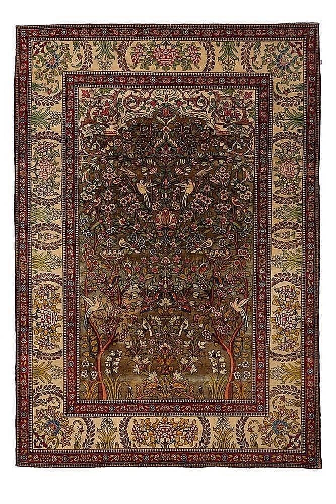 Tapis oriental  en soie. A décor de volatiles dans des feuillages et fleurs