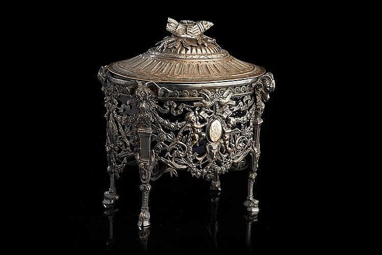 Sucrier   en argent ajouré et ciselé, verrerie bleue. Style Louis XVI.   Po