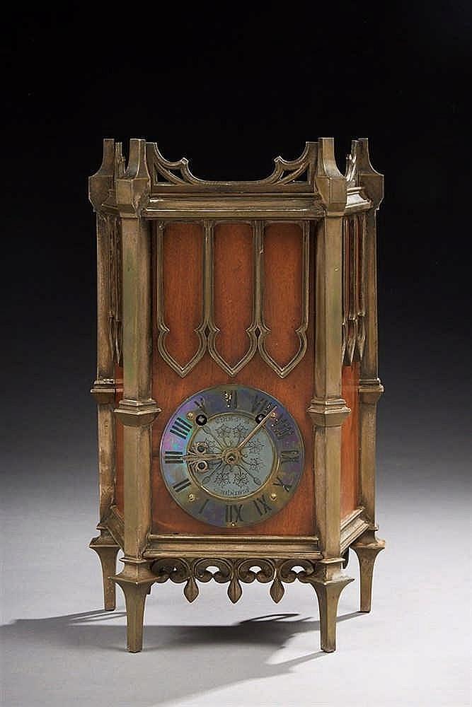 Pendule à suspendre   en acajou et bronze ciselé ; la boîte architecturée d