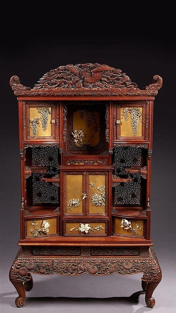 Important cabinet  en bois fruitier et laque. Fronton et côtés ajourés. Ouv