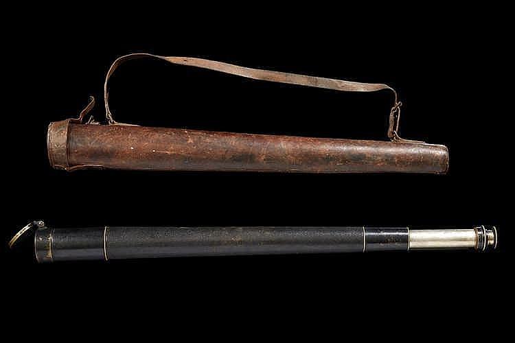 Grande longue-vue avec son etui en cuir. Travail vers 1900. Long. (plié)