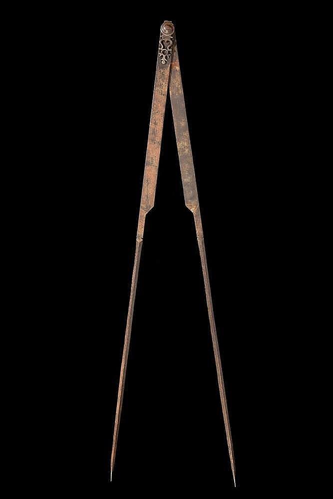 Compas de charpentier  en fer.  XVIIIe siècle.  Long. : 114 cm.