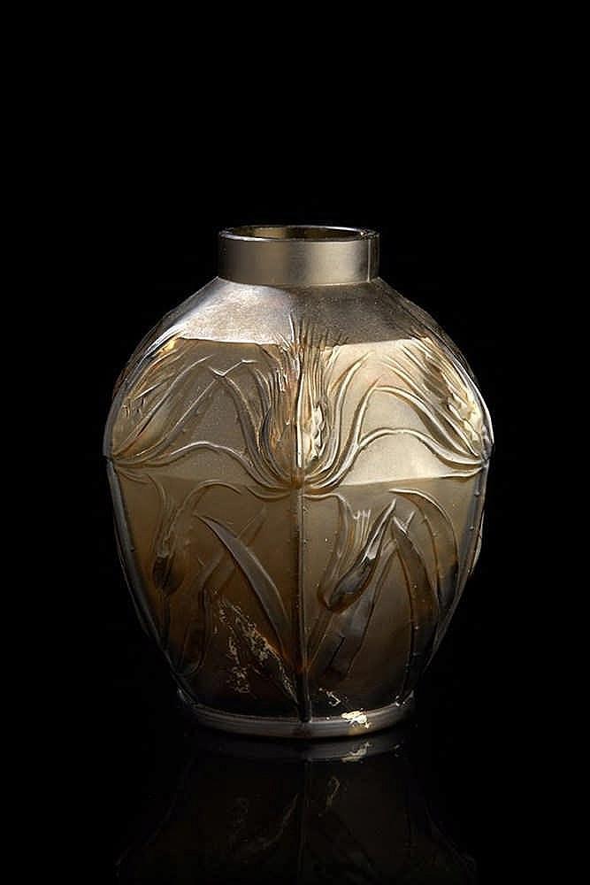 Vase  en verre fumé et moulé à décor de fleurs. Vers 1930.  H. : 18,5 cm. (