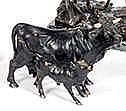 Ecole Française Vache et son veau. Bronze à patine noire, avec les corne