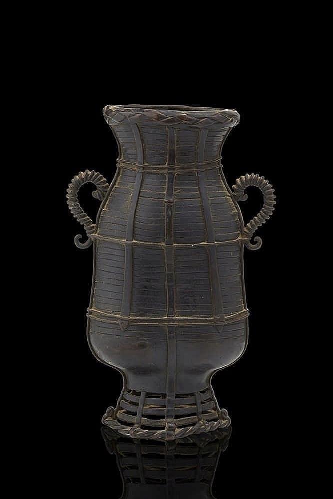 Vase à anse  en bronze à décor de vannerie.   Fin du XIXe siècle   H: 19 cm