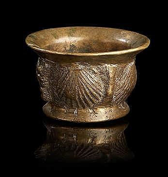 Mortier en bronze patiné ; la panse ornée de coquilles. Epoque XVIIIe siè
