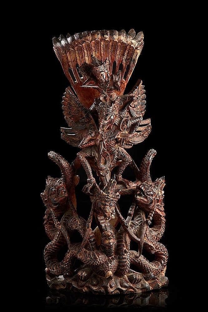 BALI   Bois sculpté représentant des chimères surmontées de Vischnou.  Art