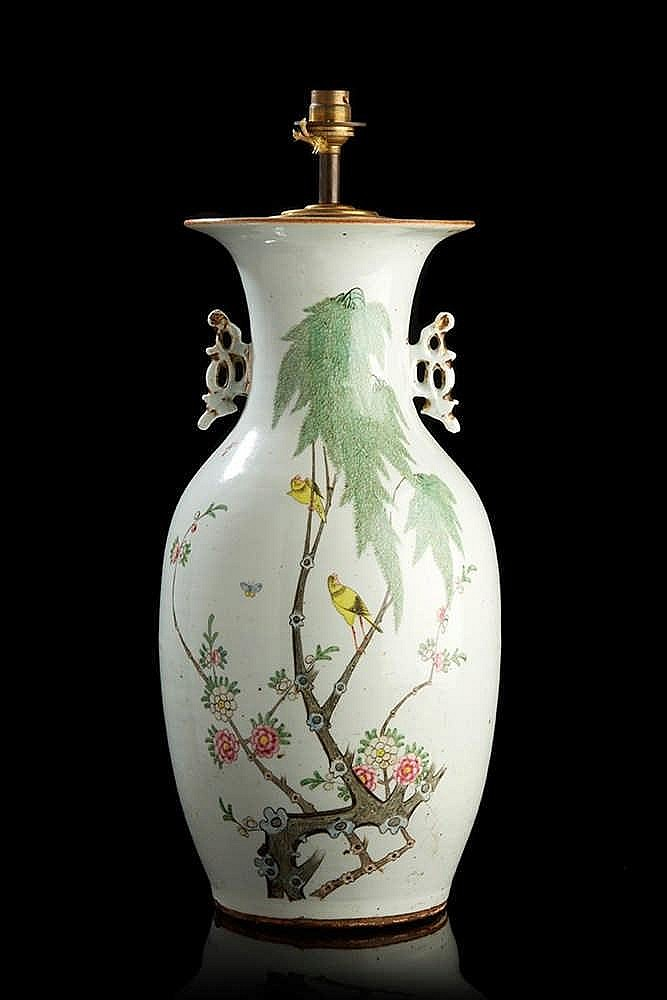 CHINE  Vase en porcelaine de forme balustre, les anses ajourées, décoré en