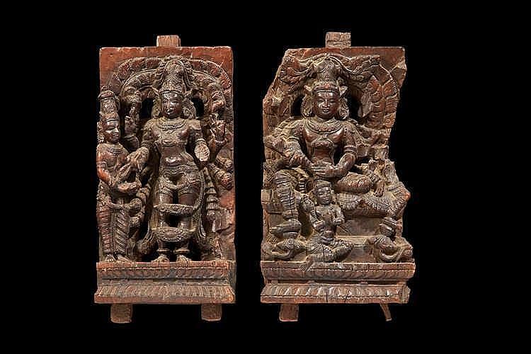 INDE DU NORD Paire de bois sculptés d'applique représentant des déesses d
