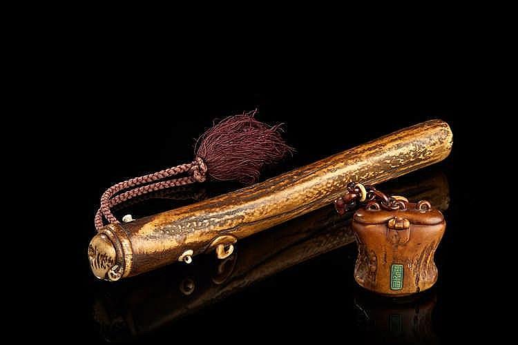 Necessaire   en bois de cerf. Signature appliquée.  Japon, époque Meiji.  H