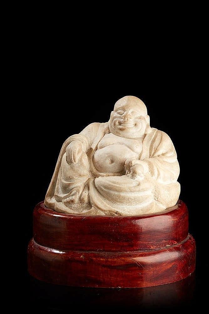 Bouddha  en marbre sculpté sur socle en bois.   Dim. : 20 x 27 cm(sans le