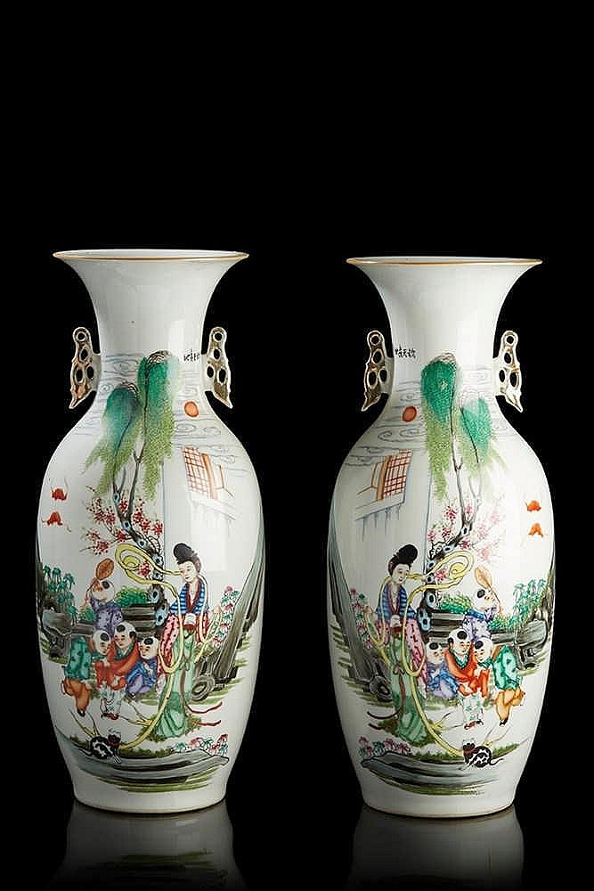 Chine paire de vases en porcelaine de forme balustre d cor for Porcelaine de chine