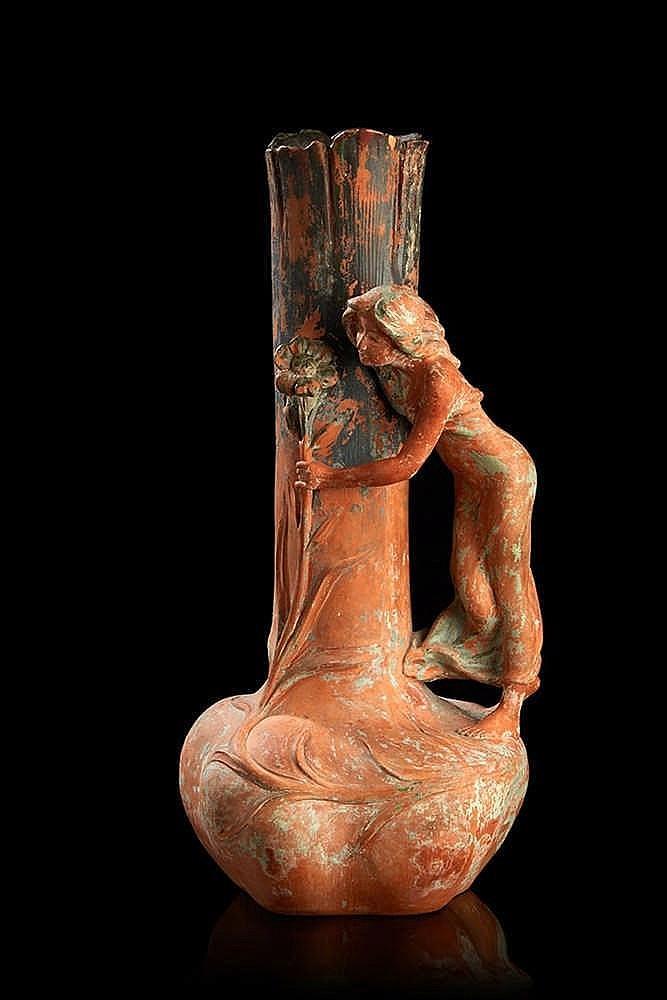 Aristide DE RANIERI (1880-1914) Vase en terre cuite à long col représenta