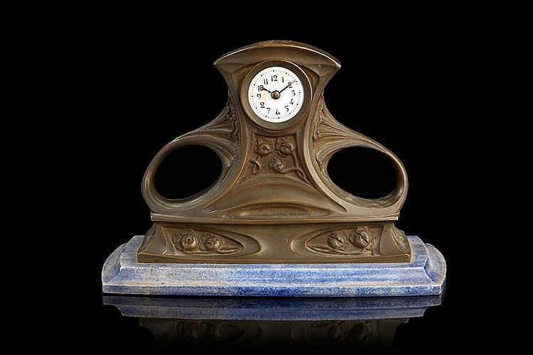 Abel LANDRY (1871-1923)   Petite pendule en bronze sur socle en marbre à do