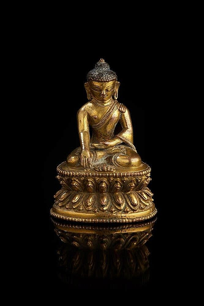 Art sino-tibétain  Rare petit Bouddha en bronze ciselé et doré, assis en po
