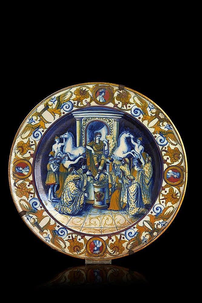 ITALIE Plat circulaire en faïence polychrome à scène antique présentant u