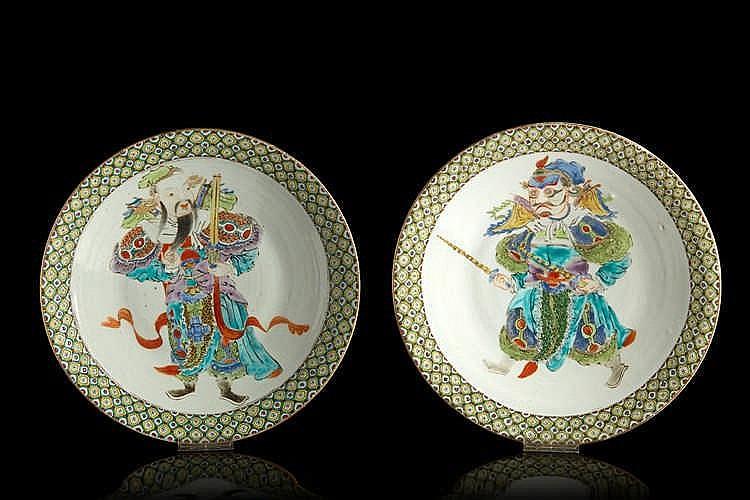 Deux plats  en porcelaine polychrome à décor de samuraï. XXe siècle.   Diam