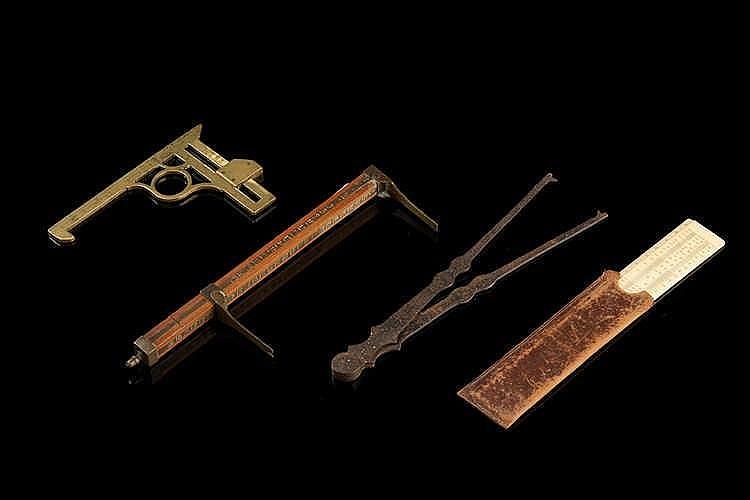 Ensemble de quatre objets de mesure   en fer, laiton et bois.  Epoques XVII