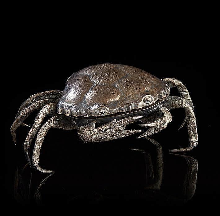Crabe  en argent ciselé formant boîte. La carapace est à charnière.   Trava