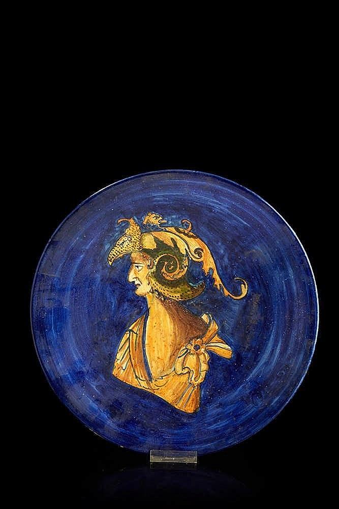 ITALIE   Plat circulaire en faïence polychrome figurant un homme au chapeau