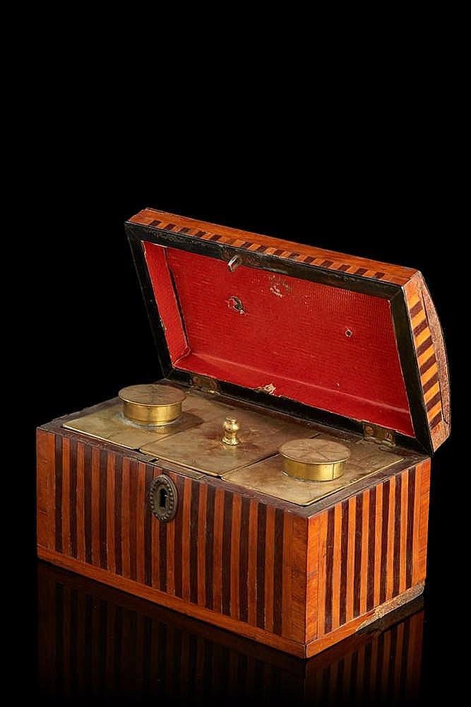 Coffret formant boîte à thé marqueté de filets ; le couvercle légèrement b