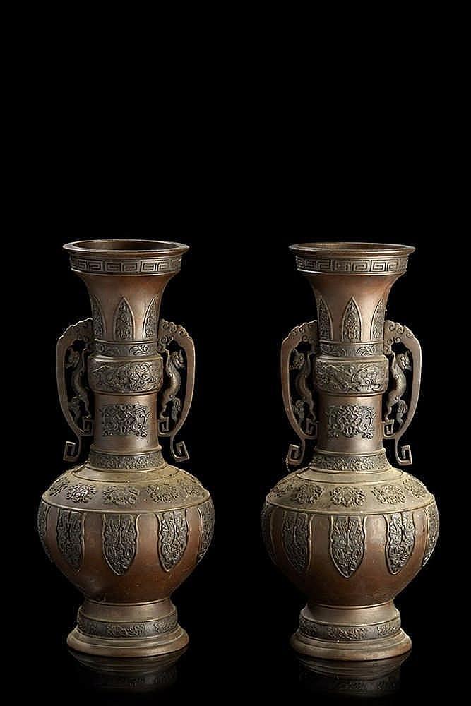 CHINE   Paire de vases de forme balustre en bronze, les anses ajourées à mo
