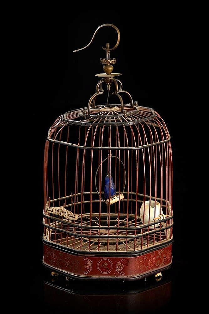 CHINE Cage à oiseau octogonale en bois et fer. La base à motifs de chauves
