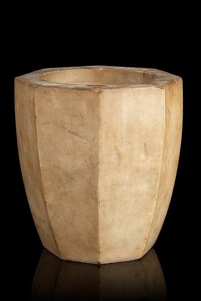 Mortier en pierre octogonnal. Epoque fin XVIIIe siècle H. : 17 cm