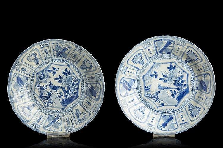 CHINE   Paire de coupes en porcelaine de forme ronde à bordures contournées