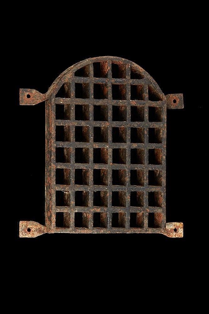 Grille de porte  en fer forgé.   Epoque XVIIIe siècle.   Dim. : 22 x 23 cm.