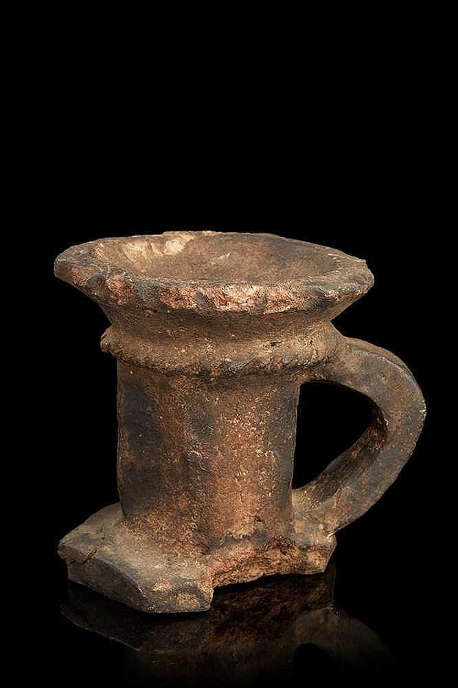 Lampe à huile  en terre cuite.   H. : 14 cm (accident à la base)
