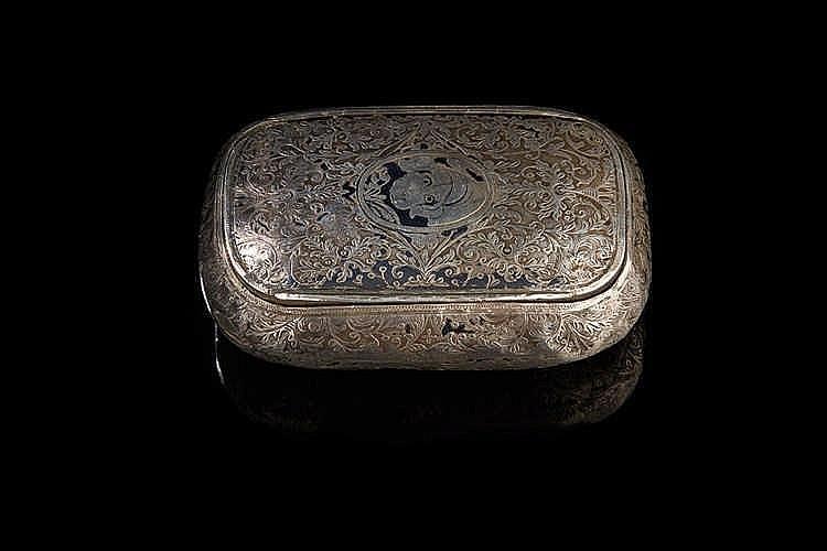 Boîte (tabatière) en argent niellé à décor feuillagé. Le couvercle orné d'